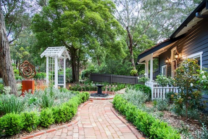 Красивое обустройство двора дома в деревне