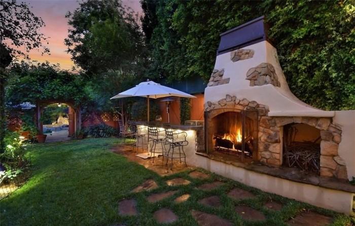 Современный дизайн двора дома в деревне