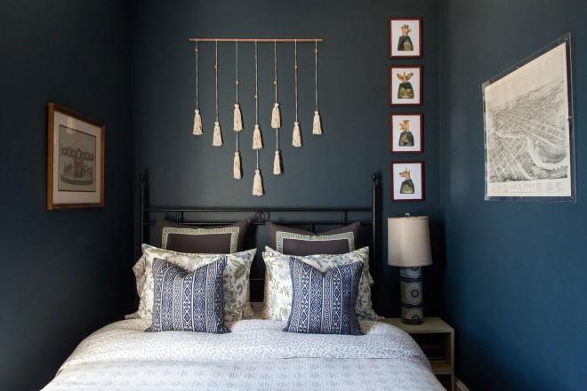 Простое и модное макраме панно над изголовьем кровати в спальне