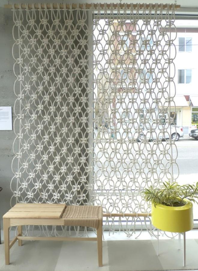 Плетеные шторы и перегородки для интерьера в стиле макраме на фото
