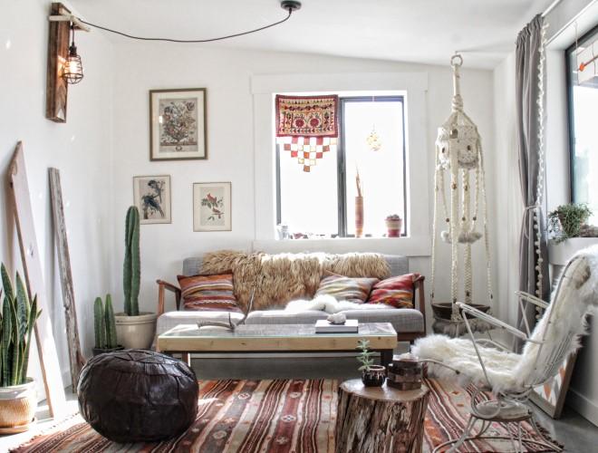 Красивая гостиная в богемном стиле с декором макраме (фото 2021)