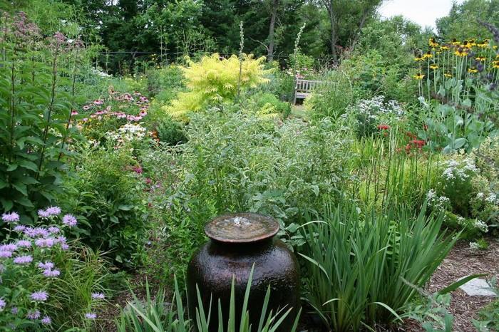 Оформление двора дома в деревне цветами
