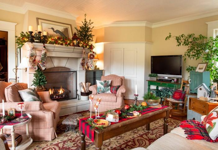Праздничное украшение интерьера гостиной к Новому году 2021