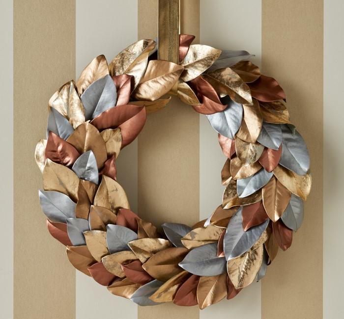 Как украсить стену в квартире на Новый год - венок из листьев