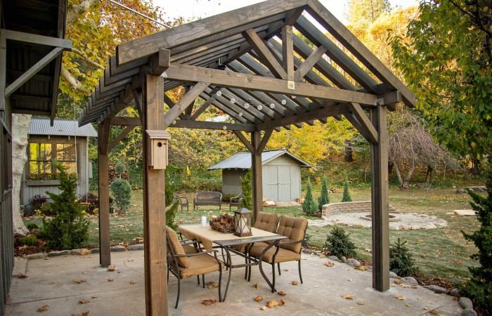 Пергола в дизайне двора частного дома в деревне