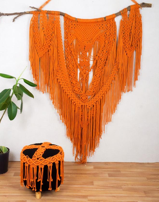 Оранжевое макраме панно на палке в интерьере