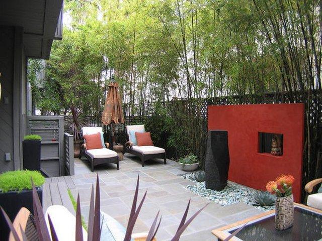 красивый двор частного дома летом