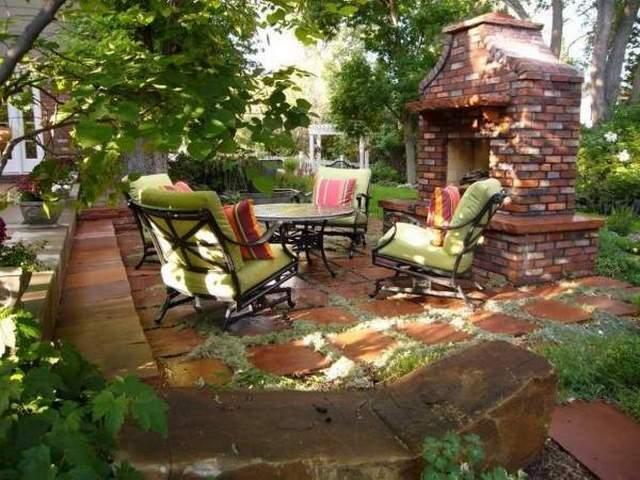 дизайн маленького дворика в частном доме с камином
