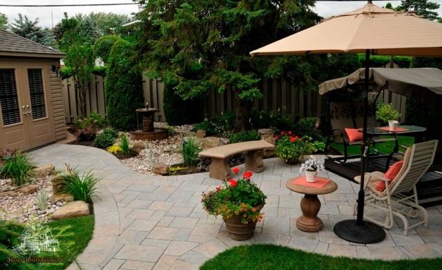 красивый просторный двор частного дома