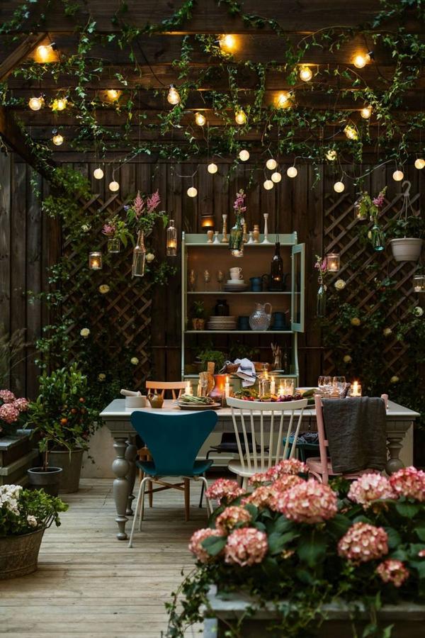 ночное оформление маленького двора частного дома