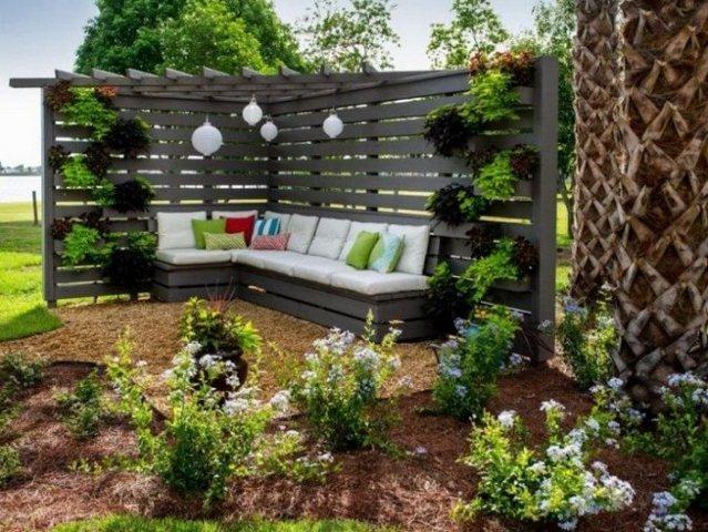 пример озеленения маленького двора частного дома