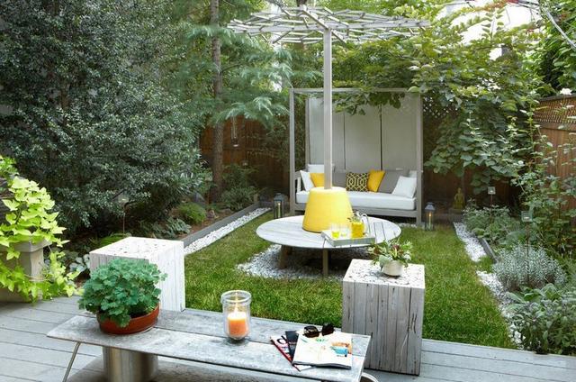 удачный дизайн маленького дворика в частном доме