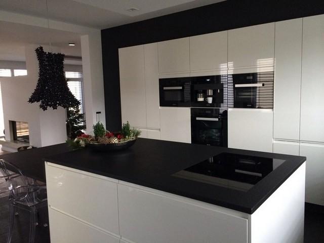 небольшая чёрно-белая кухня в стиле минимализм