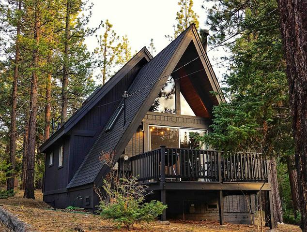 невероятно уютный маленький домик в лесу