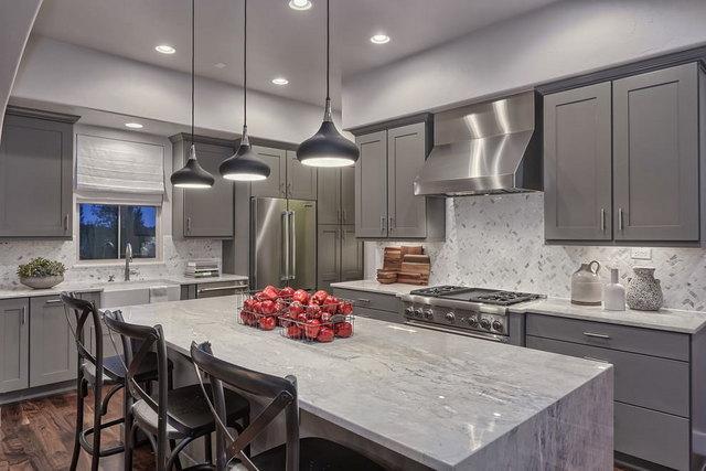 интерьер кухни в серых тонах в квартире