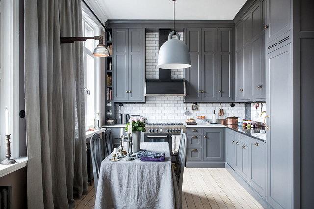 интерьер небольшой кухни в серых тонах