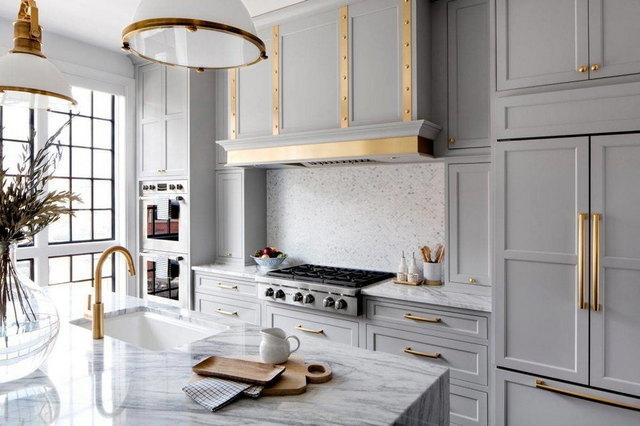 кухня в серо-белых тонах пример