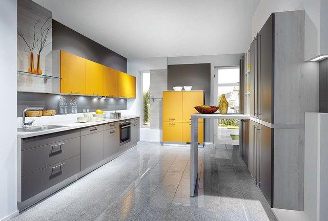 кухня в серых тонах с яркими акцентами фото