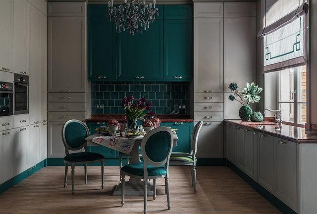 кухня в серых тонах с яркими акцентами изумрудный