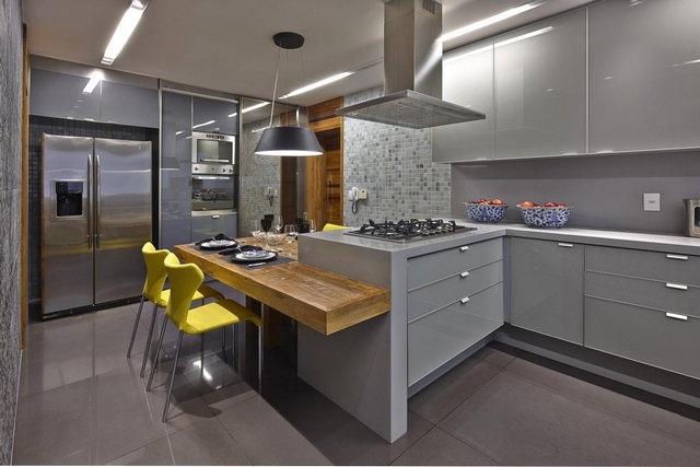 кухня в серых тонах с яркими акцентами пример