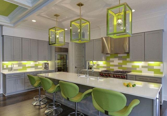 кухня в серых тонах с яркими акцентами