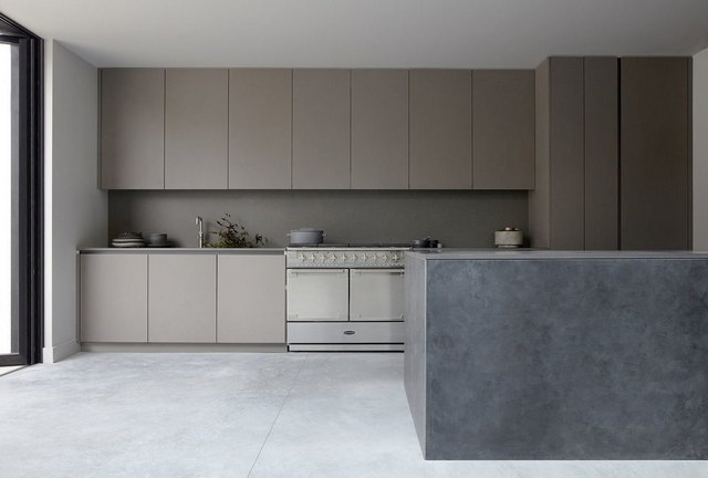 современные минималистичные кухни в серых тонах